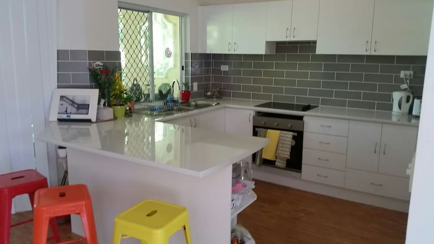 Butterfly sanctuary 7min fom town - Mooroobool - Apartment