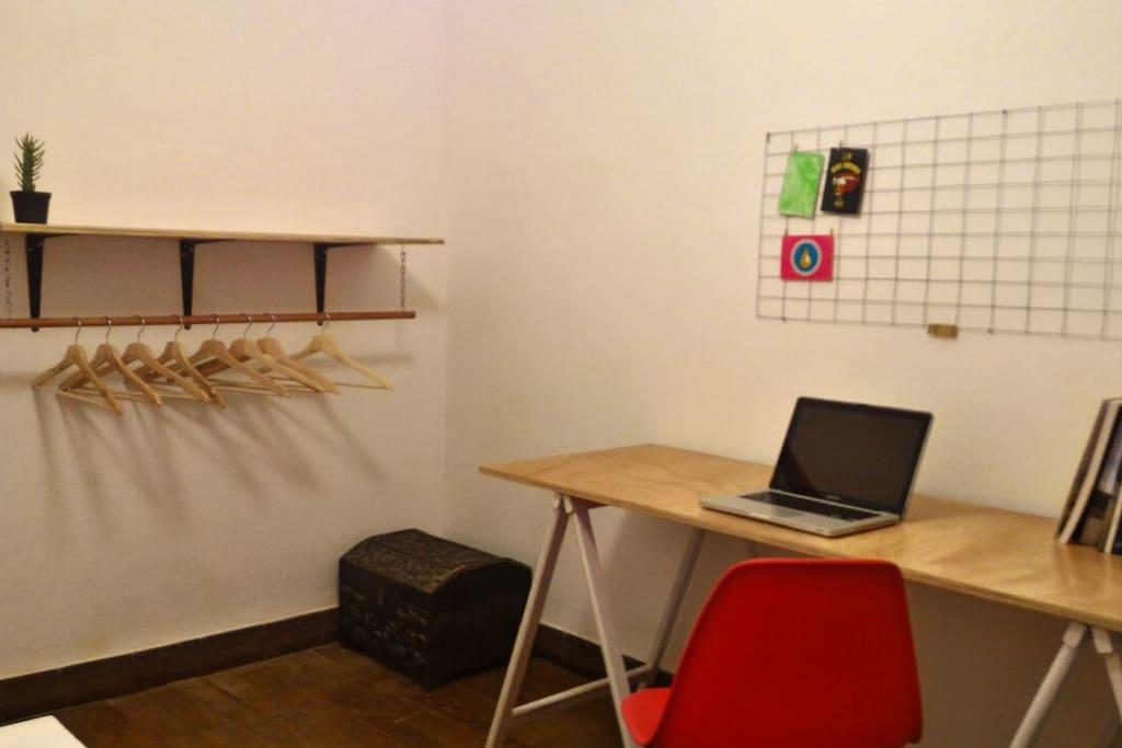 Habitaci n privada con escritorio en pocitos flats for for Escritorios uruguay