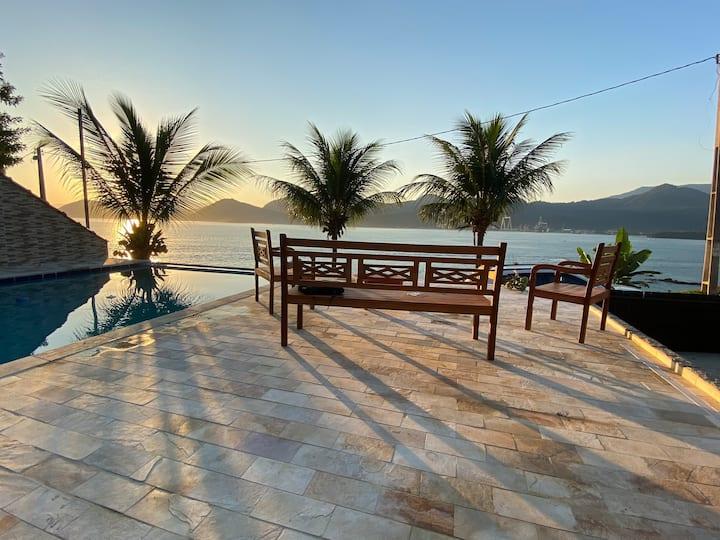 Casa plana - linda vista para o mar com piscina.