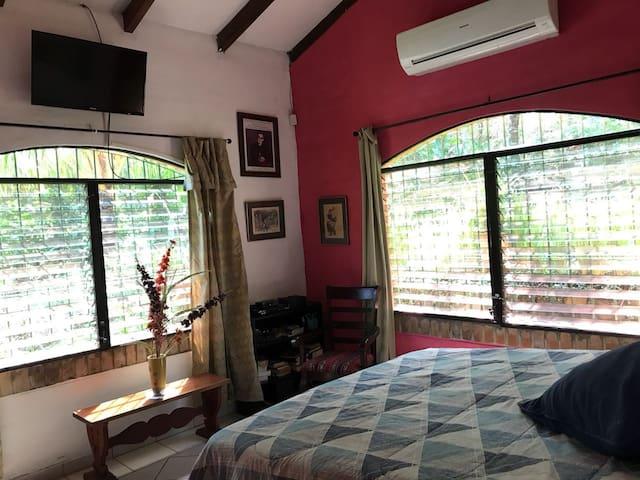 Dormitorio 4 amplios ventanales TV