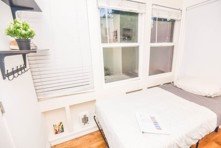 R5- Clean Tiny Room by Bev Hills/West Hollywood