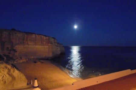 Apartamento espaçoso vista mar na praia de Benagil