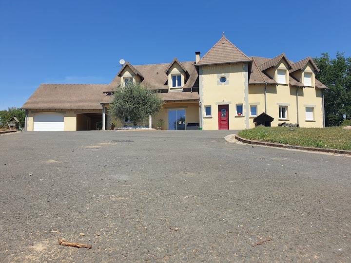 villa avec piscine et jacuzzi privatif, jolie vue