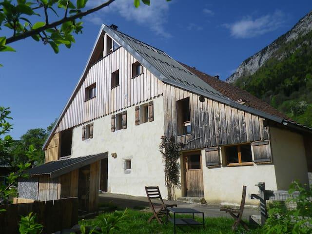 petit gîte en montagne proche lac - Entrevernes - House