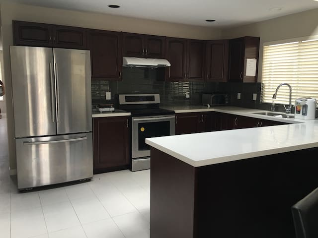 Lovely room with airport pickup! - Richmond - House