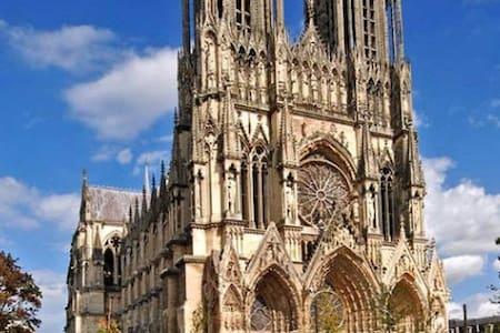 150 m de la Cathédrale en hyper centre ville - Reims