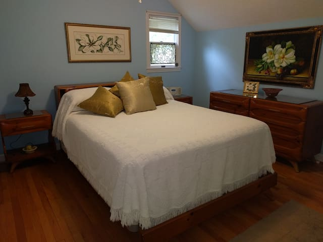 Nice room in a secluded wooded setting. - Dahlonega