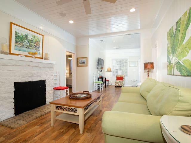 Charming Beach Side of Butler Cottage with Sun-room, Only 1 Block to the Beach Located on Private Lane, Perfect for Family Vacations - Mullet Manor