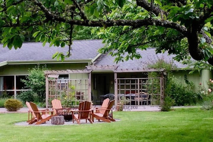 Light-filled 1-level home on Organic Farm Sleeps 8