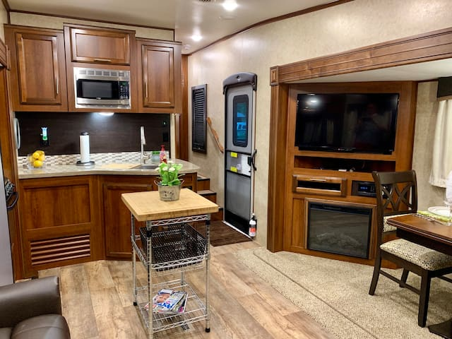 Spacious & Super Clean 5th Wheel In Hillsboro