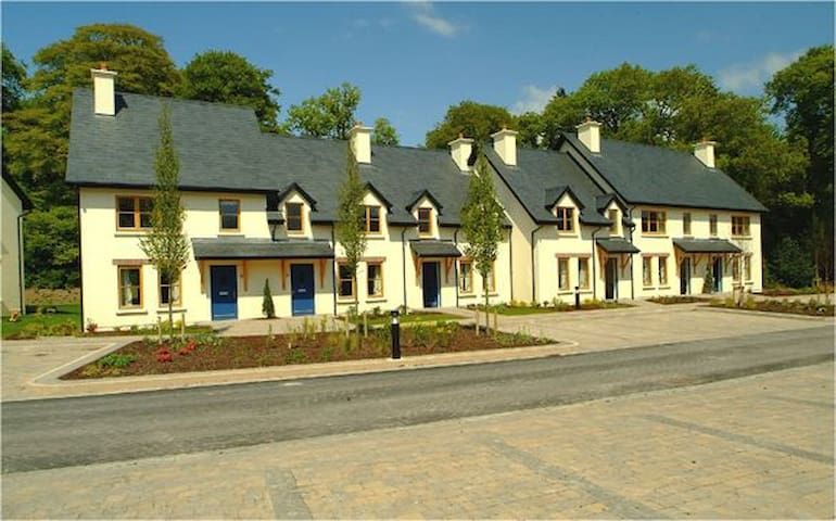 Fota Island 2 Bed  Classic Courtyard Lodge, Fota Island  Resort, Cork - 2 Bed - Sleeps 4 - Fota Island - Hus
