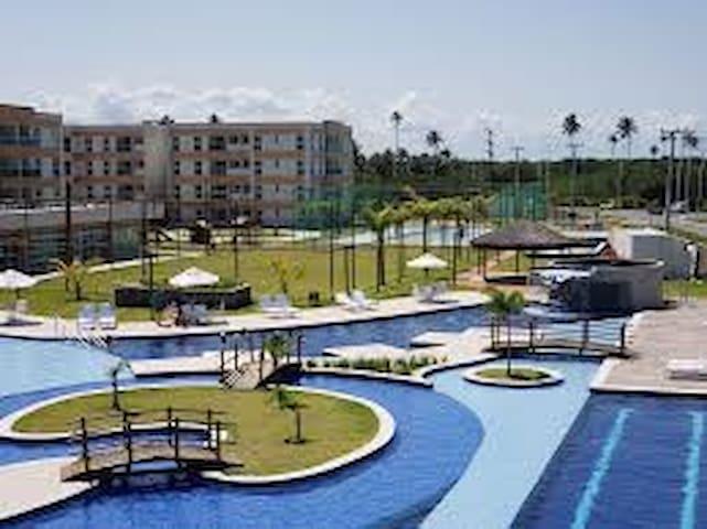 O condomínio possui várias piscinas e itens de lazer, quadras, pista de cooper, patins skate, parque infantil e quadras de vários esportes.