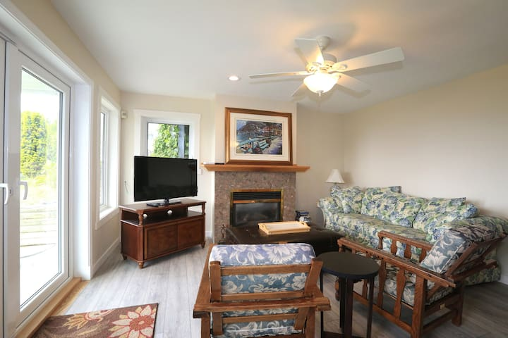 Ground flr 2 Bdrm suite with beautiful ocean view.