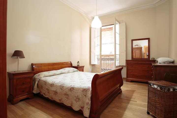 CHARMING ROOMS IN THE CENTER OF BARCELONA