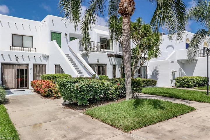 Stunning 2BR/2BA condo in the heart of Naples