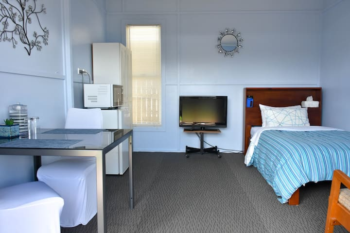 King single bed in Bungalow - Bar fridge, microwave and beverage making facilities.