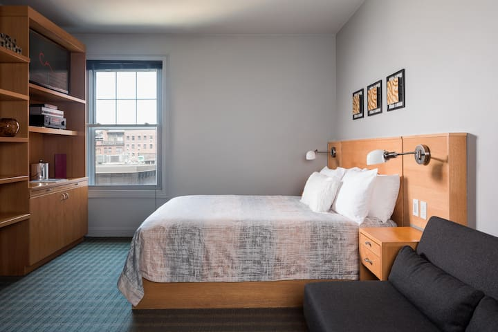 Queen Size Bed Boutique Hotel @ The Charlesmark