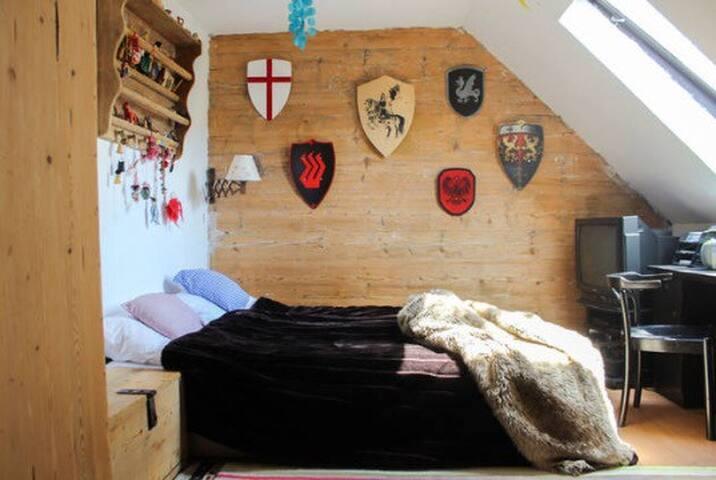 Doppelbett im Landhaus mit Frühstück