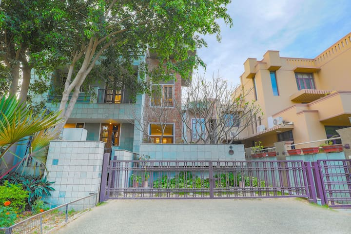 Gorgeous bungalow for 9, near DLF CyberHub/72051