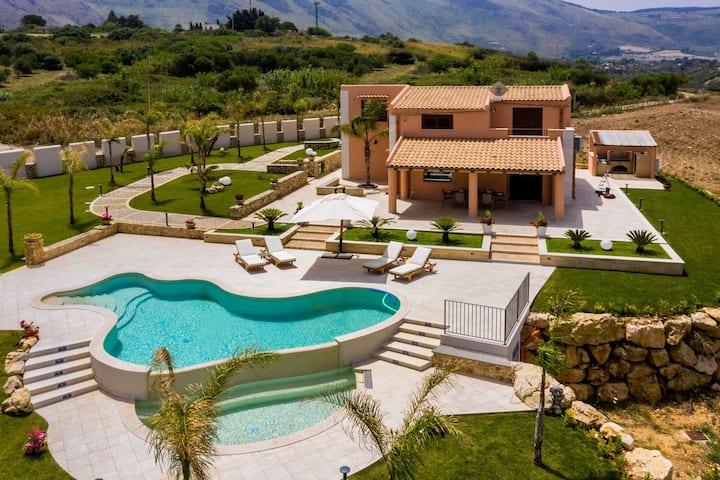 """Villa """"Azzolu"""" privacy e relax"""