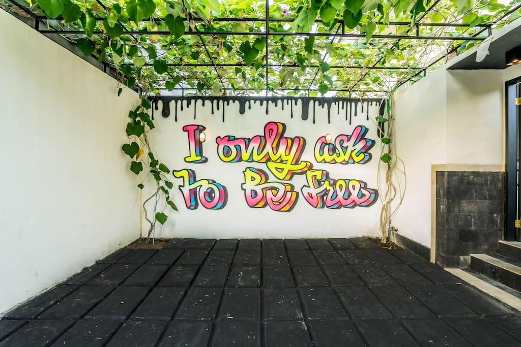 Entrance Mural: The mural has been custom designed by Joanne, the owner and All Caps Gallery Bali.