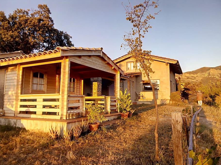 Guest cabine, kitchen, host house/ Cabaña de huespedes, cocina, casa de anfitriones.