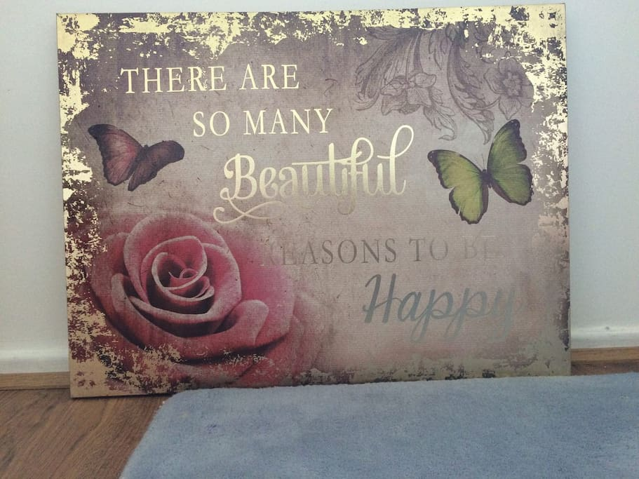 Inspirational quote in room 'There are so many beautiful reasons to be happy'.