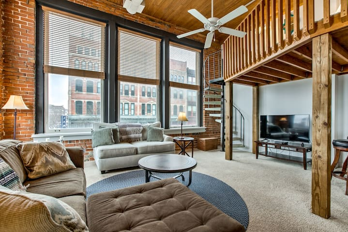Oversized 2-Bedroom Condo in Old Market ☆ Sleeps 8