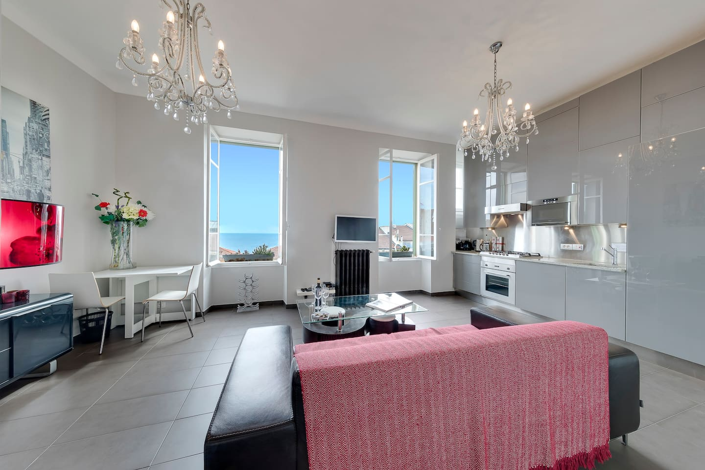 Light and airy the apartment is neutrally decorated. Five minutes walk from the  Cafe de Paris, famous Casino and centre of Monte Carlo. 12 minutes walk to Grimaldi Forum and Larvotto beach! Supermarket, restaurants, cafes on your doorstep. WIFI!