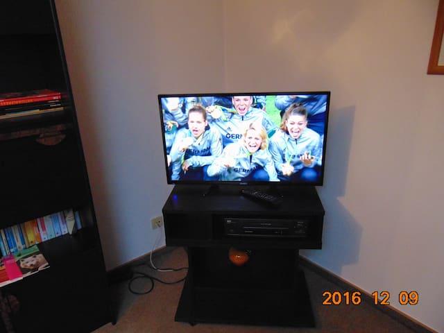 Ein Flachbildschirm TV und WLAN Anschluß ist vorhanden.