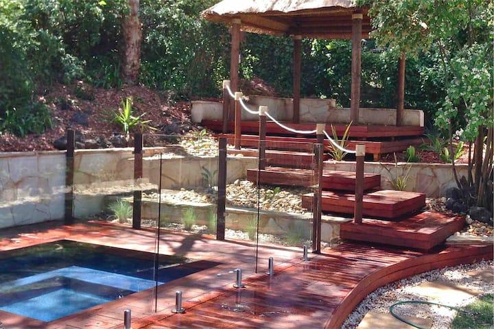 Luxury between 2 bays  *outdoor spa  *Gas log fire
