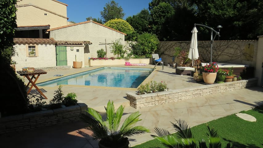 jolie chambre dans maison avec piscine