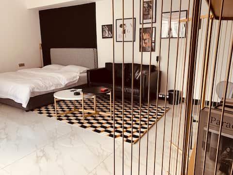【青松公寓·黑】巨幕投影房·地王公馆夜景房·厨具齐全可做饭·有洗衣机冰箱