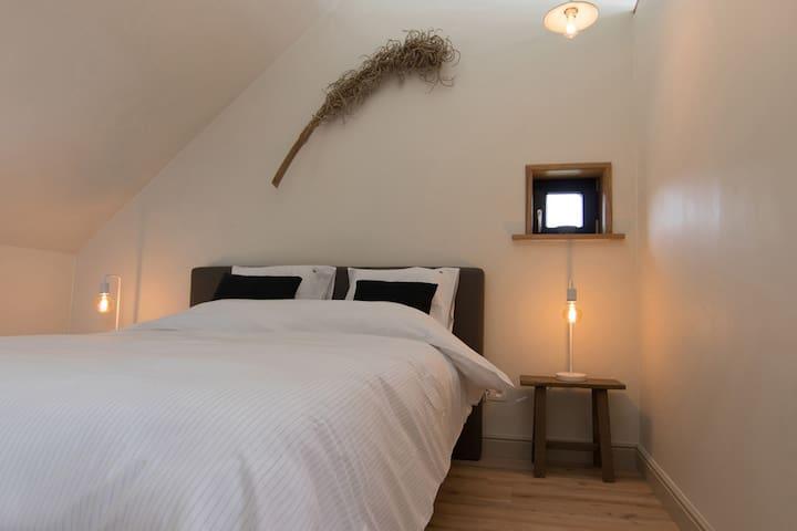 Quiet & cosy bedroom with queen size bed