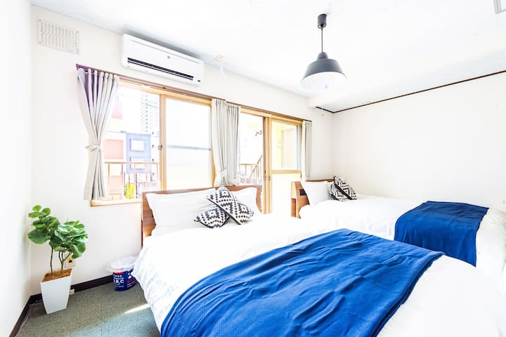 Bedroom 2: 2 double beds and 1 single bed. A high grade air purifier is also installed. The balcony is on, so in summer you can wake up in the morning and come out on the balcony to have a pleasant morning.