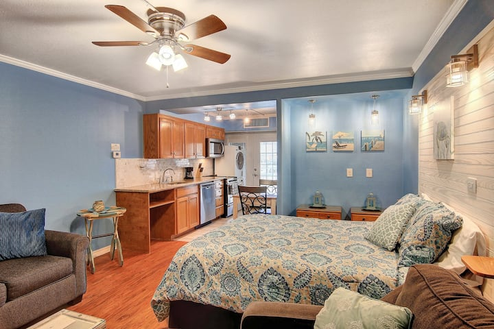 Family-friendly studio w/shared indoor/outdoor pool-minutes from beach