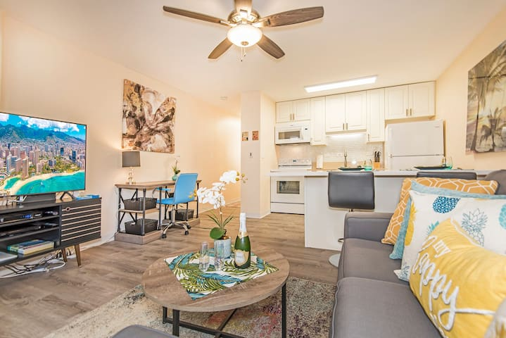 Charming Condo with Full Kitchen Close Walk to Beaches and Attractions - Niihau Waikiki 1 BDR 8th Floor A