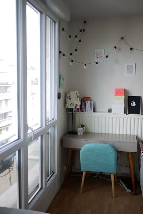 Coin bureau / corner desk