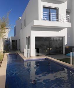 Belle villa moderne, jardin et piscine à la Soukra - La Soukra - Casa de camp