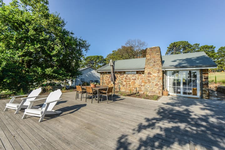 Stone cottage on vineyard in heart of Peninsula