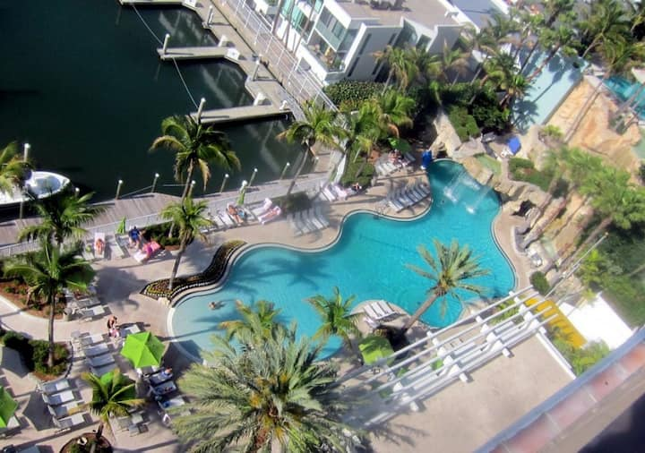Stay on the Bay! Lovely Unit for 4, Pool, Shuttle