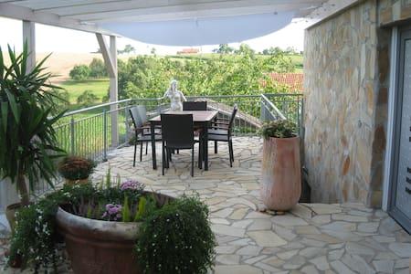 Ruhig gelegene Ferienwohnung mit großer Terrasse - Hardthausen am Kocher