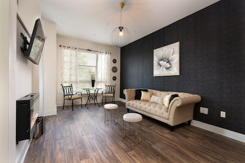 OPULENT Uptown Apartment/w King Bed +FREE Parking