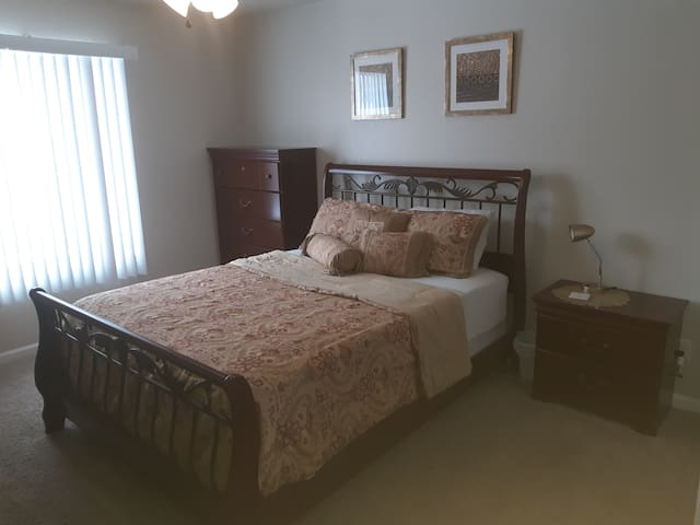 Cherrywood room with LongTerm Rates on South Side