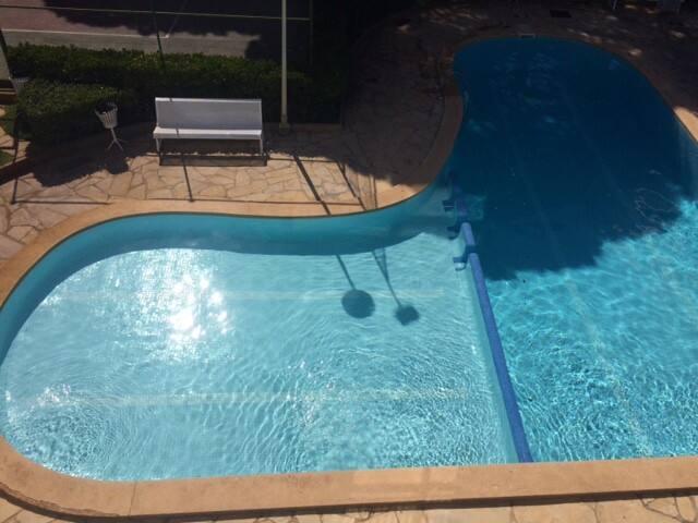 piscina comunitaria con area de tenis