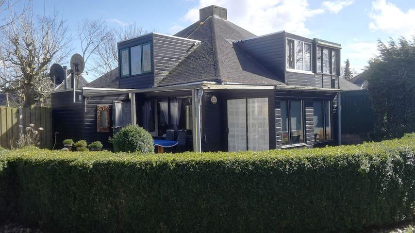 Ruim huis  (92 m2) met mooie tuin en zitkuil