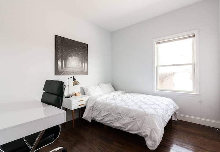 Private room with a desk in Coliving close to PATH
