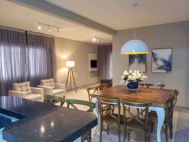 Excelente apartamento 3 dormitórios em Mariscal