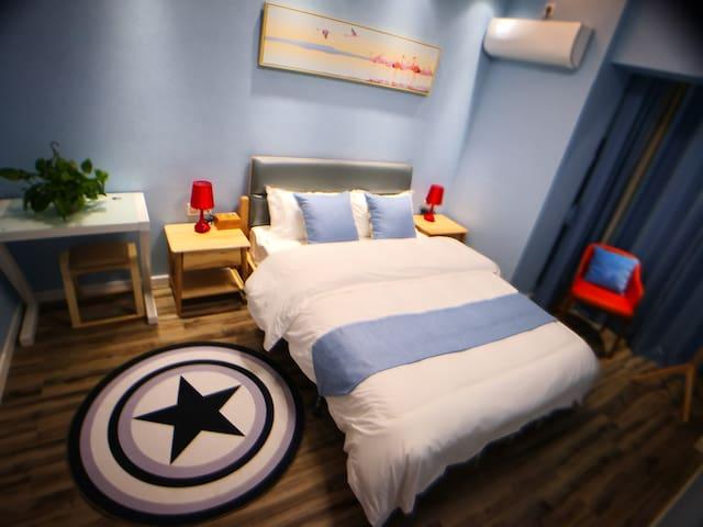蓝色主题的次卧室简洁舒适