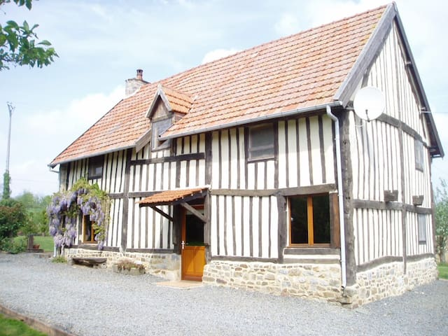 17th century Timber framed House sleeping up to  6 - Isigny-le-Buat - House